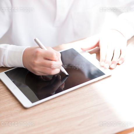 プログラミングの勉強をする小学生の手元の写真素材 [FYI01957731]