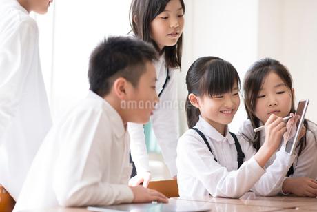 プログラミングの勉強をする小学生 ARの写真素材 [FYI01957739]