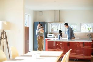 キッチンの内見をする家族の写真素材 [FYI01957802]