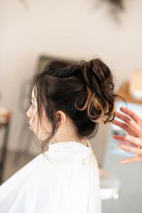 美容師にヘアセットをしてもらう女性の写真素材 [FYI01957838]