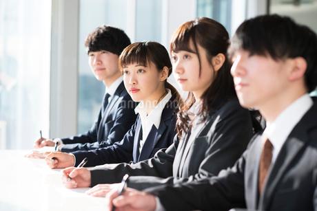 筆記試験を受けるビジネスマンとビジネスウーマンの写真素材 [FYI01957841]