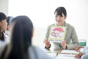 小学生に英語を教える先生の写真素材 [FYI01957848]