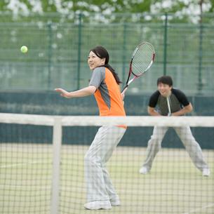 テニスをするミドル夫婦の写真素材 [FYI01957850]
