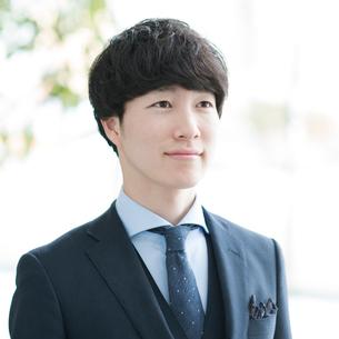 微笑むビジネスマンの写真素材 [FYI01957872]