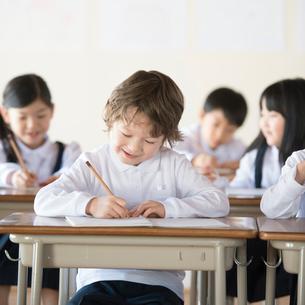 教室で勉強をする小学生の写真素材 [FYI01957874]