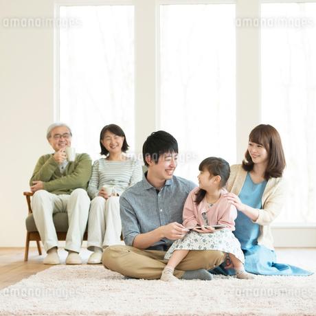 リビングでくつろぐ3世代家族の写真素材 [FYI01957875]