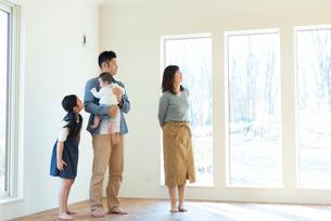 家の内見をする家族の写真素材 [FYI01957882]