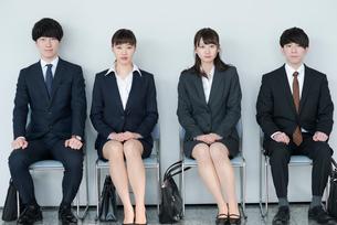 椅子に座るビジネスマンとビジネスウーマンの写真素材 [FYI01957885]