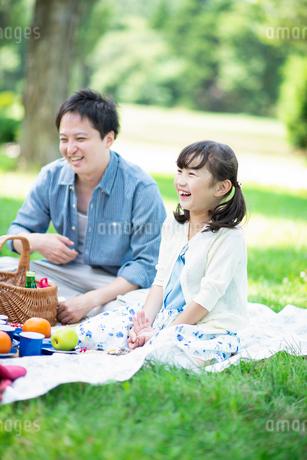 ピクニックをする親子の写真素材 [FYI01957893]