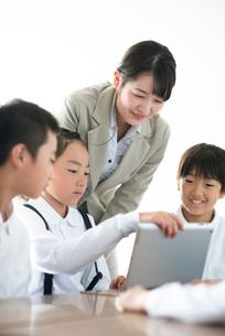 先生にプログラミングの勉強を教わる小学生  ARの写真素材 [FYI01957910]
