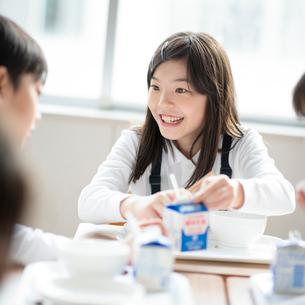教室で給食を食べる小学生の写真素材 [FYI01957932]