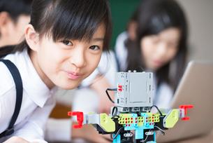 プログラミングの勉強をする小学生の写真素材 [FYI01957933]