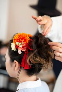 美容師にヘアセットをしてもらう女性の後姿の写真素材 [FYI01957938]
