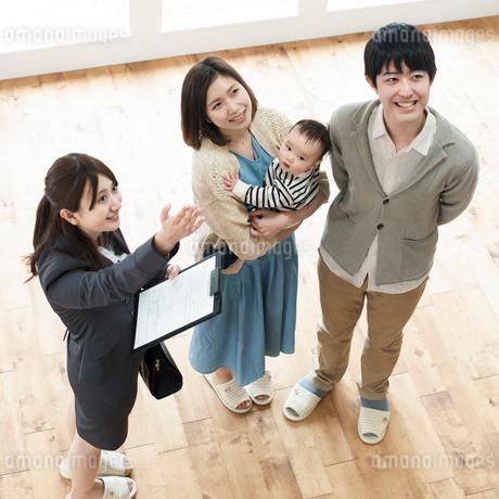部屋の内見をする家族とビジネスウーマンの写真素材 [FYI01957944]