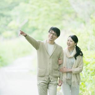 公園を散歩するミドル夫婦の写真素材 [FYI01957955]