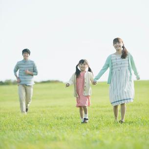 草原を歩く親子の写真素材 [FYI01957968]