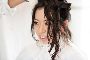 ヘアセットをしてもらう女性の写真素材 [FYI01957970]