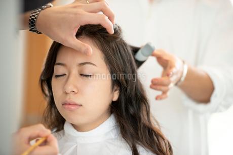 ヘアメイクをしてもらう女性の写真素材 [FYI01957979]