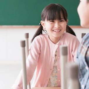 教室で机を運ぶ小学生の写真素材 [FYI01957982]