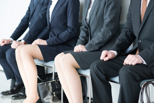 椅子に座るビジネスマンとビジネスウーマンの写真素材 [FYI01958032]
