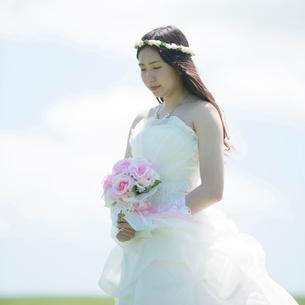 ブーケを持ち目を閉じる花嫁の写真素材 [FYI01958049]