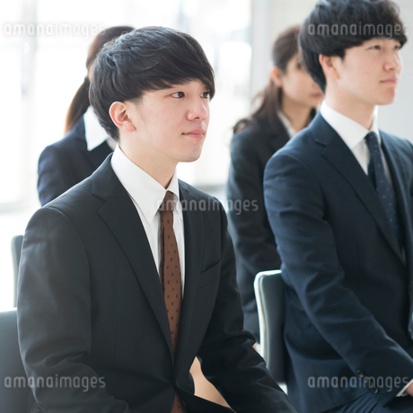 真剣な表情をするビジネスマンの写真素材 [FYI01958059]