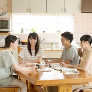 友達の家に集まり勉強をする学生の写真素材 [FYI01958082]