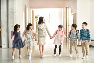 廊下を歩く小学生と先生の写真素材 [FYI01958091]
