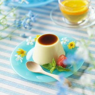 野花を飾ったプリンとオレンジティーの写真素材 [FYI01958103]