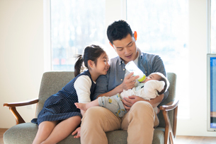 赤ちゃんにミルクをあげる親子の写真素材 [FYI01958104]