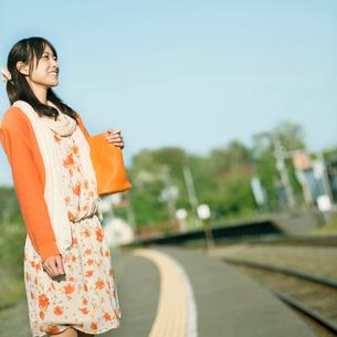 駅のホームで電車を待つ女性の写真素材 [FYI01958117]