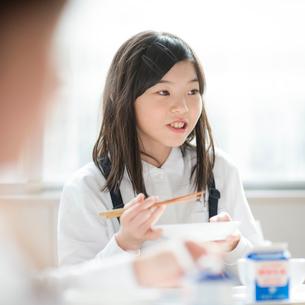 教室で給食を食べる小学生の写真素材 [FYI01958135]