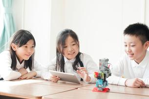 プログラミングの勉強をする小学生の写真素材 [FYI01958137]