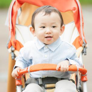 ベビーカーに乗り微笑む男の子の写真素材 [FYI01958146]