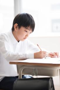 教室で授業を受ける小学生の写真素材 [FYI01958150]