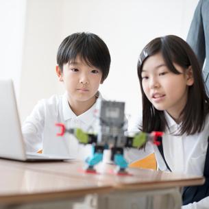 プログラミングの勉強をする小学生の写真素材 [FYI01958159]