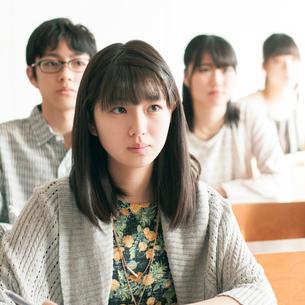 教室で授業を受ける学生の写真素材 [FYI01958161]
