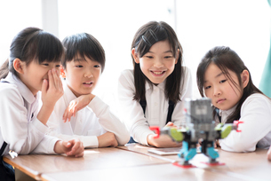 プログラミングの勉強をする小学生の写真素材 [FYI01958179]