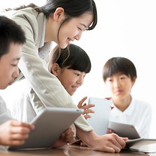 先生にプログラミングの勉強を教わる小学生  ARの写真素材 [FYI01958184]