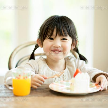 ケーキを食べる女の子の写真素材 [FYI01958195]
