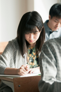 教室で勉強をする女子学生の写真素材 [FYI01958196]