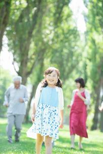 ポプラ並木で微笑む女の子の写真素材 [FYI01958200]