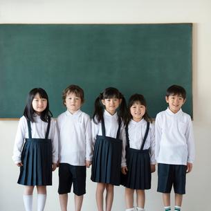 黒板の前に並ぶ小学生の写真素材 [FYI01958202]