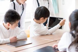 プログラミングの勉強をする小学生 ARの写真素材 [FYI01958203]