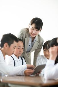 先生にプログラミングの勉強を教わる小学生  ARの写真素材 [FYI01958213]