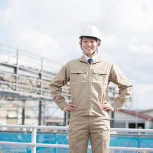 工事現場で微笑む作業員の写真素材 [FYI01958252]