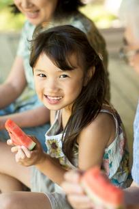 縁側でスイカを食べる女の子の写真素材 [FYI01958254]