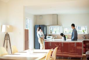 キッチンの内見をする家族の写真素材 [FYI01958255]