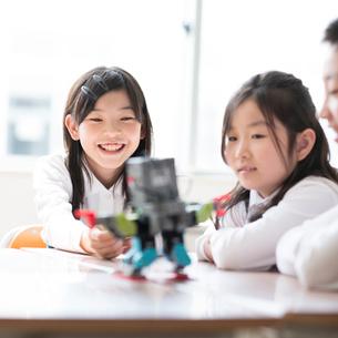 プログラミングの勉強をする小学生の写真素材 [FYI01958262]