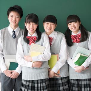 黒板の前に並び微笑む学生の写真素材 [FYI01958279]